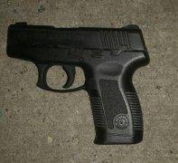 枪法太差:美警察与劫匪枪战 开84枪只