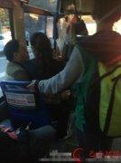 网曝公交车女售票员坐男性大腿上 已被
